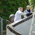 Verfugen der Mauersteine am Hundertwasserhaus in Plochingen
